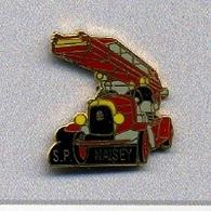 Pin's  Ville, Sapeurs  Pompiers  De  NAISEY  ( 25 ) Camion  Rouge  Et  Grande  échelle - Firemen