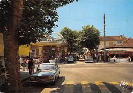 33 - Andernos - Le Centre De La Ville Magnifiquement Animé - ( Le Grand Café-hôtel - Voitures ) - Andernos-les-Bains