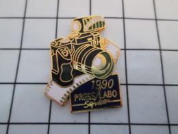 716a Pin's Pins / Beau Et Rare / THEME : PHOTOGRAPHIE / APPAREIL PHOTO REFLEX 1990  PRESS LABO SERVICE - Photographie