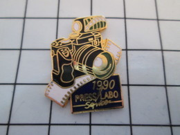 716a Pin's Pins / Beau Et Rare / THEME : PHOTOGRAPHIE / APPAREIL PHOTO REFLEX 1990  PRESS LABO SERVICE - Photography