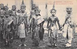 CAMBODGE Cambodia - PHNOM-PENH  Danseuses Du Roi ,se Préparant à La Danse - CPA - Kambodscha Cambodgia - Asia Asie - Cambodge