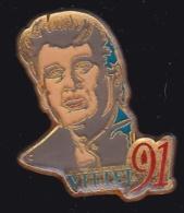 63885- Pin's-Johnny Hallyday Lors De Son Dernier Passage à Vittel, En 1991. - Personajes Célebres
