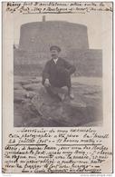 EB7-62) BOULOGNE SUR MER - CARTE PHOTO DU 24/07/1906 - 11H00 DU MATIN - PERSONNAGE ASSIS DEVANT LE FORT -  2 SCANS - Boulogne Sur Mer