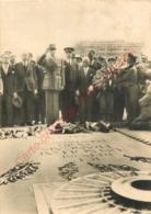 LIBERATION DE PARIS .  Le Générale De GAULLE Devant La Dalle Sacrée Du Soldat Inconnu . - Guerre 1939-45