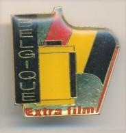 S124 Pin's PHOTO PELLICULE EXTRA FILM Marqué BELGIQUE Sur Le Côté Achat Immédiat - Photographie