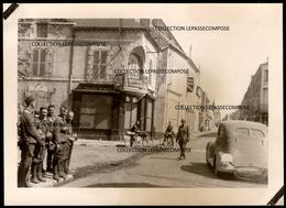 INEDIT BRIARE - 1940 - SOLDATS ALLEMANDS GRANDE RUE - PLACE - COMMERCES NOUVEAUTES ET CYCLES MOTOS REMOULAGE GRAINS - Briare