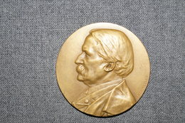 Médaille En Bronze,Université De Louvain,hommage Au Docteur G.Verriest 1909,signé F.Vermeylen,diamètre 50 Mm. - Professionnels / De Société