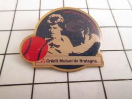 716b Pin's Pins / Beau Et Rare / THEME : BANQUES / CREDIT MUTUEL DE BRETAGNE TENNIS BALLE ROUGE - Banken