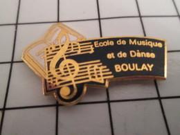 716b Pin's Pins / Beau Et Rare / THEME : MUSIQUE / CLE DE SOL PORTEE MUSICALE ECOLE DE DANSE BOULAY - Marques