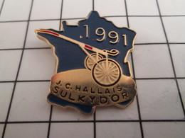 716b Pin's Pins / Beau Et Rare / THEME : SPORTS / HIPPISME JC ALLAIS SULKY D'OR HEXAGONE CARTE DE FRANCE - Pin's