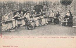 BRUGES. L'Ecole Dentellière Des Sœurs De L'Assomption. Nombreuses élèves Et Religieuse Avec Un Rouet. Ecriture Rouge - Brugge