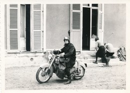 Snapshot Homme Sur Moto Vintage Monet-Goyon Femme Et Homme Nettoyant Motorbike - Sports
