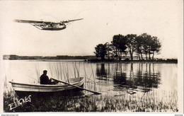 D40 PAYS GASCON  Au Bord D'un Grand Lac ......................  Barque Et Hydravion - Biscarrosse