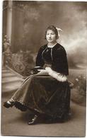 D28 - CHÂTEAUDUN  - CARTE PHOTO - FEMME HABILLEE EN COSTUME TRADITIONNEL - Inscription Au Verso (voir Scan) - Chateaudun