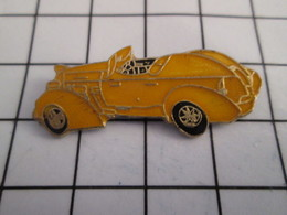 716b Pin's Pins / Beau Et Rare / THEME : AUTOMOBILES / VOITURE CABRIOLET JAUNE ANNEES 40 - Pin's