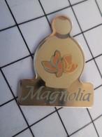 716b Pin's Pins / Beau Et Rare / THEME : PARFUMS / FLACON DE PARFUM MAGNOLIA Faux Rêveur ? (Jeu De Mots) - Parfums