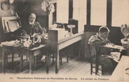 F22-92) SEVRES - MANUFACTURE NATIONALE DE PORCELAINE - UN ATELIER DE PEINTURE  - (2 SCANS) - Sevres