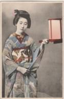 H6- JAPON - JAPAN - GEISHA - FEMME JAPONAISE AVEC LANTERNE  ET EN COSTUME TRADITIONNEL -  (COLEURS -2 SCANS) - Giappone