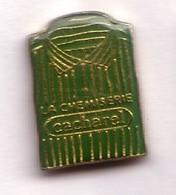 AB288 Pin's Vêtement Habit Habillement Chemise Verte Rayée Cacharel Mode Achat Immédiat - Marques