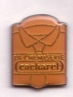 AB286 Pin's Vêtement Habit Habillement Chemise ROSE La Chemiserie Cacharel Mode Achat Immédiat - Marques