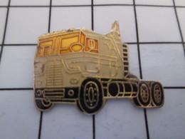 716c Pin's Pins / Beau Et Rare / THEME : TRANSPORTS / CAMION AMERICAIN MACK BLANC - Transports