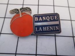 716c Pin's Pins / Beau Et Rare / THEME : BANQUES / LA HENIN POMME OU ABRICOT - Banken