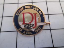 716c Pin's Pins / Beau Et Rare / THEME : MUSIQUE / 25 AVRIL 1992 BONNE NUIT LES DJ - Musique