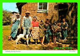 EUREKA SPRINGS, AR - OZARK LIVIN, HILLBILLY STYLE.- HILLBILLY FAMILY PORTRAIT - PHOTO BY DePEW - DEXTER PRESS - - Etats-Unis