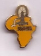 P50 Pin's AFRIQUE Africa Naftenga Burkina Faso Pompe à Eau Achat Immédiat - Villes