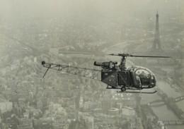 France Paris Tour Eiffel Helicoptere SE 3130 Alouette 2 F-WHOF Ancienne Photo Aerienne 1970 - Places