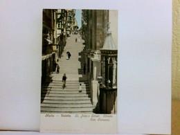 AK Malta - Valetta. St. John's Street, Strada San Giovanni. Hohe Treppe, Gebäudeansichten, Passanten, Colorier - Postkaarten