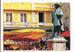 """Arles: Le Café """"' La Nuit """" Et La Statue De Frédéric Mistral - Photo Vincent Formica - Publicité Pastis 51 - - Arles"""