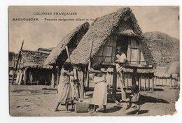 MADAGASCAR * COLONIES FRANCAISES * FEMMES MALGACHES PILANT DU RIZ - Madagaskar