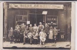 """Photographie De Groupe Devant Devanture D'épicerie, Vins Et """"Bière DEMORY"""" - Photographs"""
