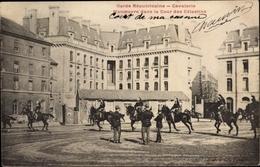 Cp Paris IV., Garde Republicaine, Cavalerie, Manoeuvre Dans La Cour Des Celestins - Militaria