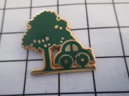 716c Pin's Pins / Beau Et Rare / THEME : AUTOMOBILES / VOITURE VERTE ARBRE VERT Tout Le Monde Est Vert !! - Pin's