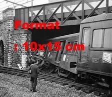 Reproduction D'une Photographieancienne D'un Train Qui à Heurté Le Pilier Du Pont Gare De Chaville-Vélizy En 1961 - Repro's