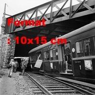 Reproduction Photographieancienne Des Wagons D'un Train Qui Ontheurtés Le Pilier Du Pont Gare De Chaville-Vélizy 1961 - Repro's