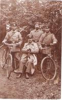 Carte Photo Allemande - Groupe De Soldats Dont Deux Cyclistes - 1914-18
