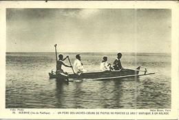 (OCEANIE ) ( RELIGION ) UN PERE DES SACRES COEURS DE PICPUS VA PORTER LE SAINT VIATIQUE A UN MALADE - Cartes Postales