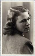 Carte Photo Originale Portrait De Pin-Up De Hamburg En Mai 1945 Par E. Koffmann - Pin-up