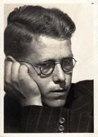 Photo Originale Portrait D'Homme Fatigué Portant Sa Tête à Lunettes Vers 1940 - Personnes Anonymes