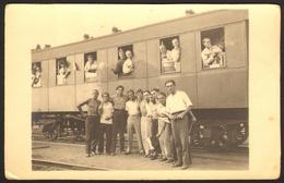 Train Station Men And Women In Railway Wagon Old Photo 14x9 Cm #27243 - Persone Anonimi