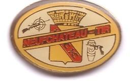 SP60 Pin's Club Tir Compétition Arme Carabine Pistolet Revolver Neufchateau Vosges Blason Lorraine Achat Immédiat - Tiro Al Arco