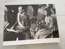 14534  ESPAGNE  PHOTO DE PRESSE 24X18 MADRID LE 22-11-1975 JUAN CARLOS A PRETE SERMENT ET LE REINE SOPHIE - Photos