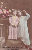 2 Enfants Au Coucher En Robe De Nuit Qui Prient Pour Leur Papa Poilu Parti A La Guerre Phot Sazerac 1916 - Scènes & Paysages