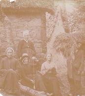 Tres Vieille Photo 1893 Pres Turenne Ou Meyssac Famille Paysanne Scene Typique Grand Mere Avec Quenouille Homme Superbe - Photos