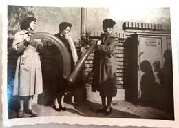 №86  Photography Of  Women Inflate Balloons - Sofia 1957, Old FOTO PHOTO - Anonymous Persons