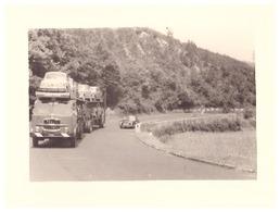 CAMION TRANSPORTE DES AUTOMOBILES DOUBLE PAR UNE AUTOMOBILE   ANNEES 1950 - Auto's
