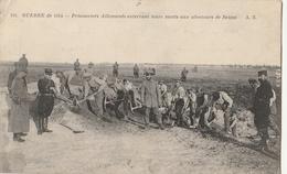 MILITARIA - Guerre De 1914 - Prisonniers Allemands Enterrant Leurs Morts Aus Alentours De REIMS - Guerre 1914-18